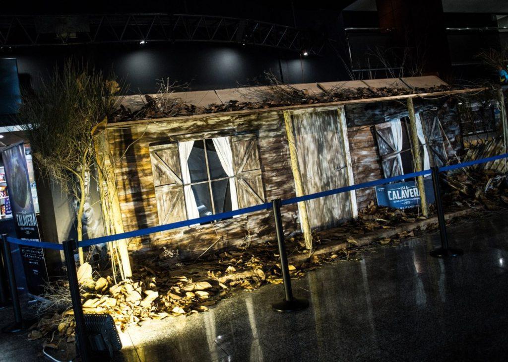 El Festival Isla Calavera construye la cabaña de 'Posesión Infernal' para rendir homenaje al clásico de Sam Raimi.
