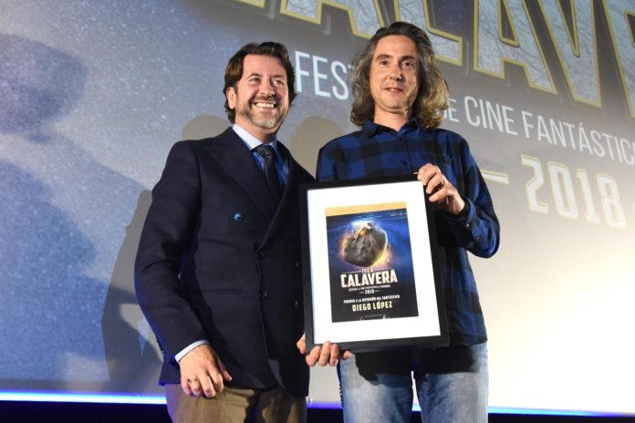 Carlos Alonso, presidente del Cabildo de Teneri, entrega el premio a Diego López.   Foto: Sergio Méndez