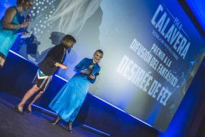 Desirée de Fez recibe su Premio Isla Calavera a la Difusión del Fantástico de manos de la vicerrectora de Cultura de la ULL, Emilia Carmona,