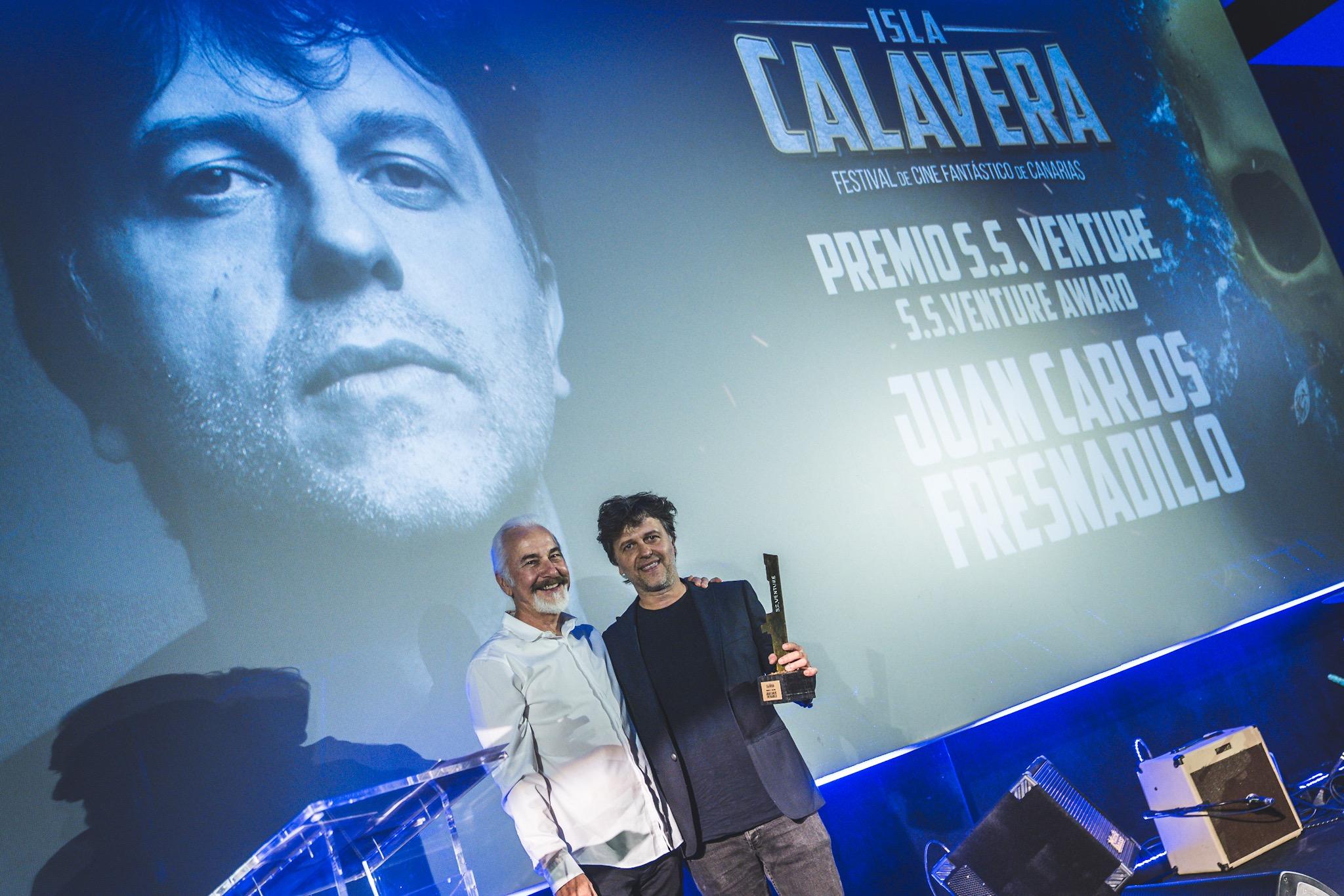 Juan Carlos Fresnadillo recogió el Premio S. S. Venture de manos de Rick Baker.