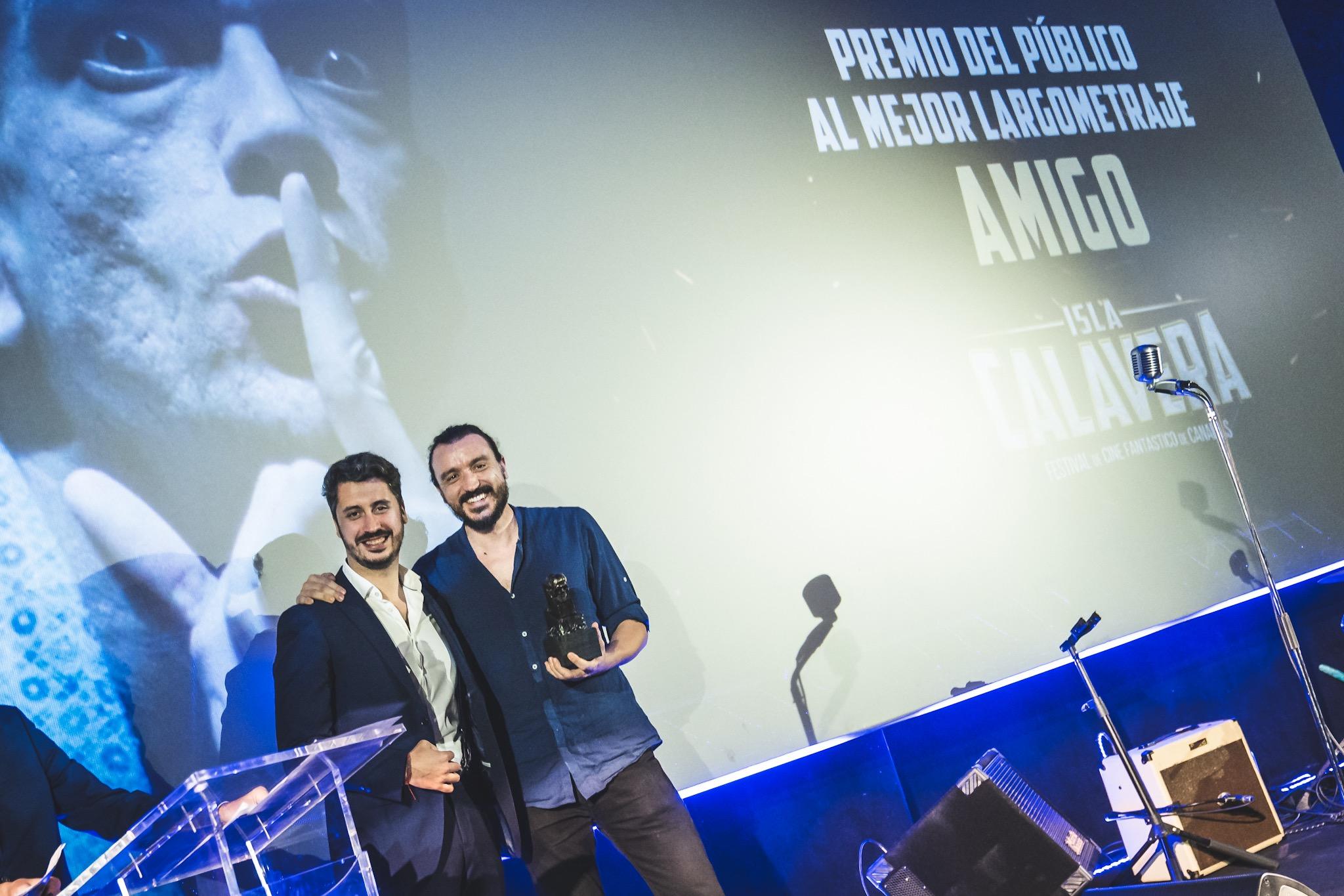 Luis Yeray Gutiérrez, alcalde de La Laguna, entregó el Premio al Mejor Largometraje a David Pareja, protagonista de 'Amigo'.