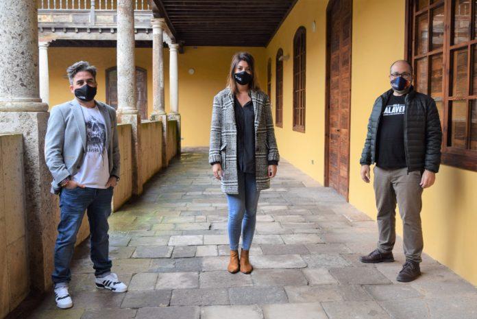 De izquierda a derecha, Ramón González Trujillo (codirector del Festival Isla Calavera, Yaiza López Landi (concejala de Cultura del Ayuntamiento de La Laguna) y Daniel Fumero (codirector).