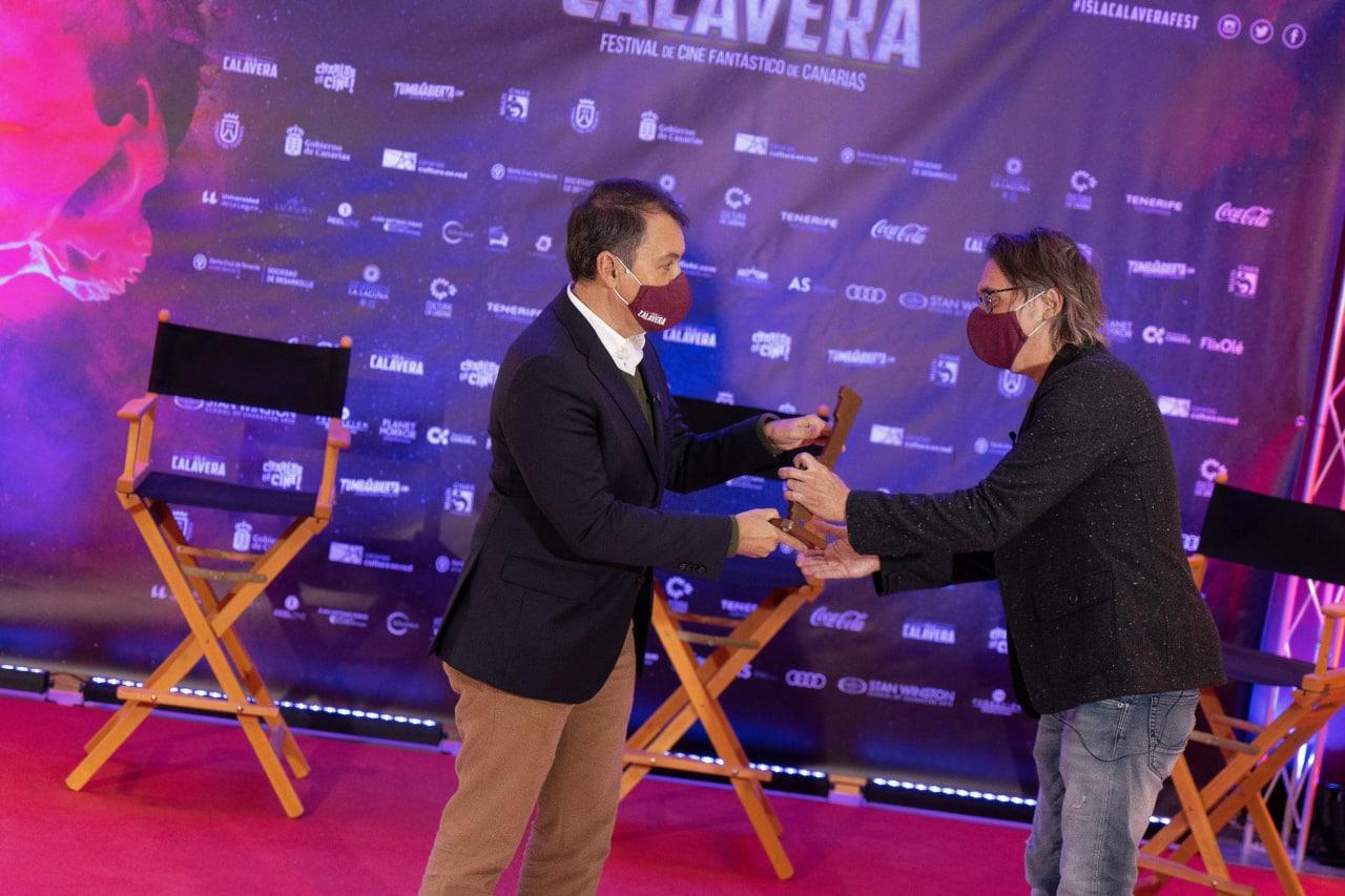 El alcalde de Santa Cruz de Tenerife, José Manuel Bermúdez, entrega el Premio Isla Calavera S. S. Venture a Elio Quiroga.